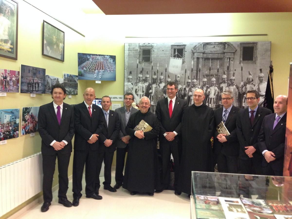 La Junta Directiva de la Confraria amb el Pare Prior, el Pare Rector, el Sr. Agràs i el Sr. Maymó